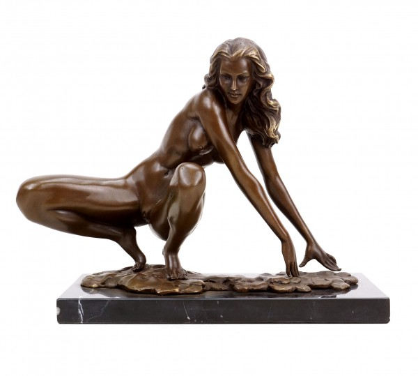 Erotic Sculpture - Crouching Amazon - Bronze Erotic Nude - Signed Césaro